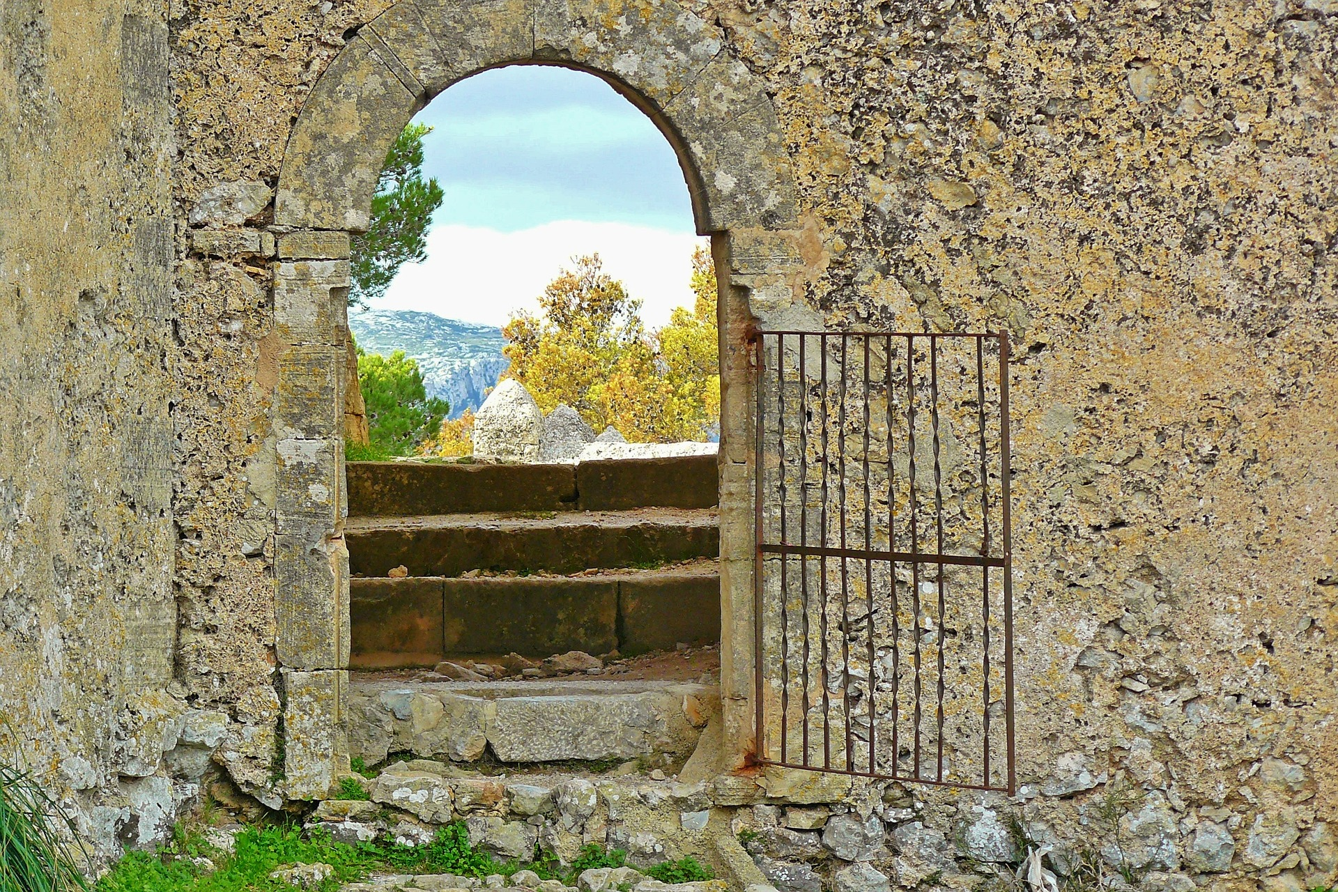 Пред портите на манастира
